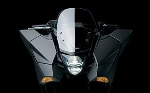 フェアリング前端部にLEDウインカーを、奥まった位置にLEDヘッドライトをレイアウト。